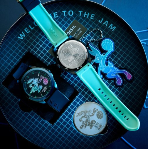 Image du boîtier et de la montre montrant le fond gravé.