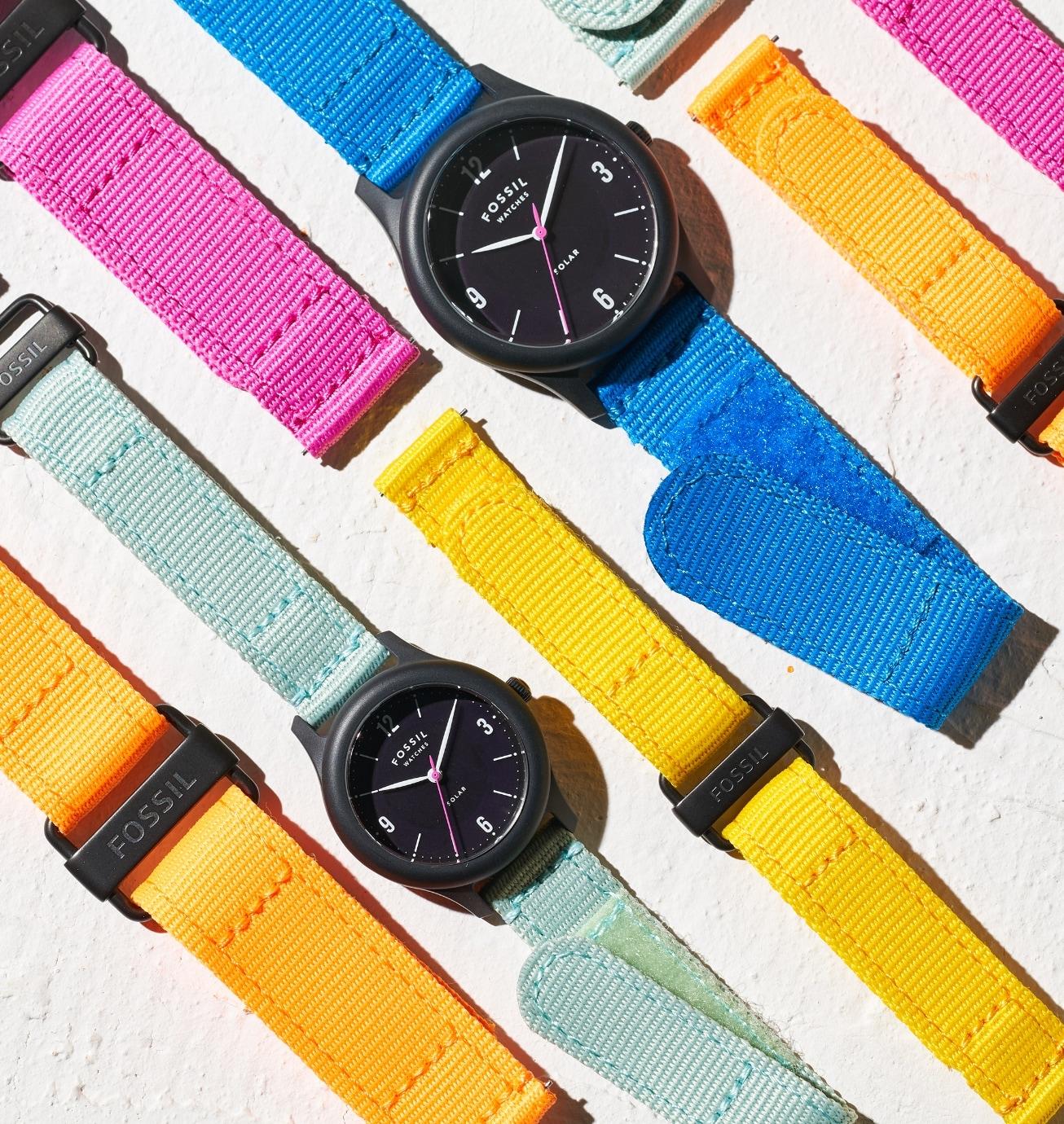 Montres solaires en édition limitée à côté de bracelets interchangeables.