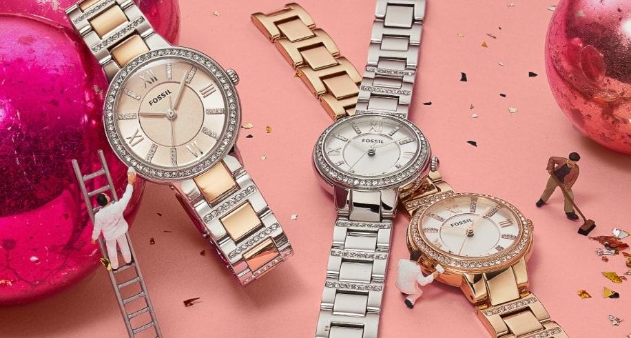Une montre en acier inoxydable avec des détails brillants.