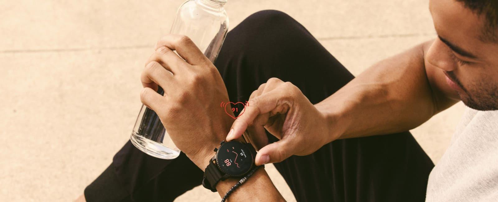 Un uomo controlla il battito cardiaco dopo un allenamento.