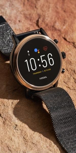 Une montre intelligente Gen 5 en acier inoxydable.