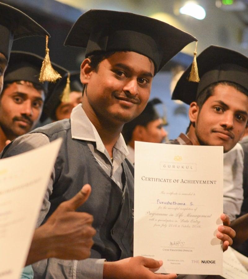 Junge Erwachsene mit Doktorhüten und Zertifikaten