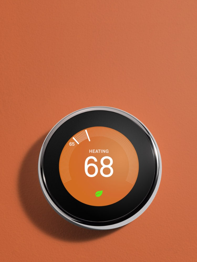 Une montre connectée 5èmegénération demandant à un appareil connecté pour la maison de baisser la température de la pièce.