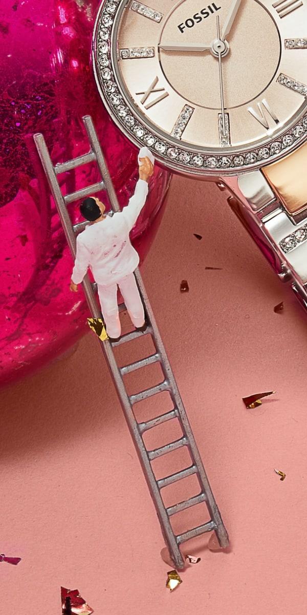 Eine Uhr mit Edelstahlband und Glitz-Details.