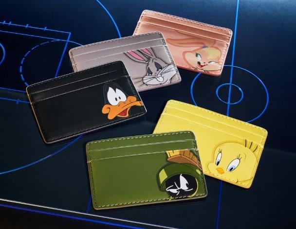 Cinque portafogli in pelle con i personaggi di Space Jam.